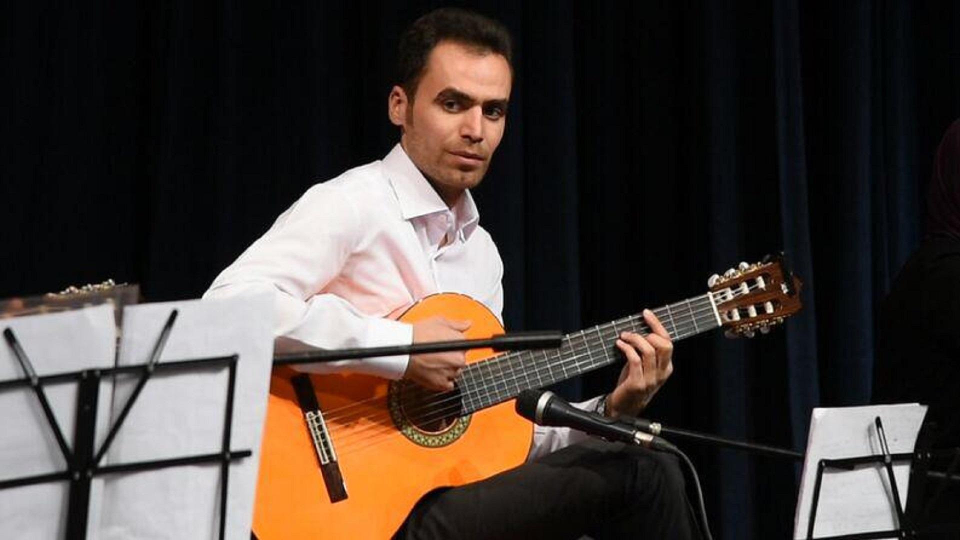 محسن اخلاقی مدرس گیتار در آموزشگاه موسیقی آوای جاوید